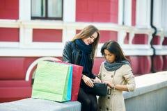 Красивые маленькие девочки имея потеху в городе делая покупки Стоковая Фотография RF