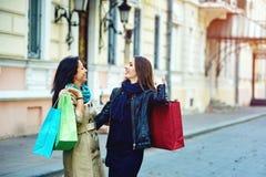 Красивые маленькие девочки имея потеху в городе делая покупки Стоковая Фотография