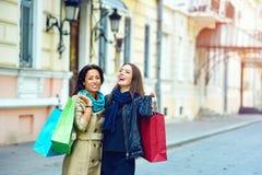 Красивые маленькие девочки имея потеху в городе делая покупки Стоковые Изображения