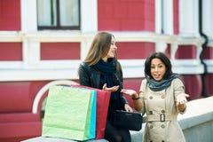 Красивые маленькие девочки имея потеху в городе делая покупки Стоковое Изображение RF