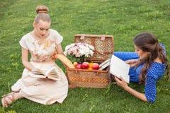 Красивые маленькие девочки учат в природе Стоковые Изображения RF