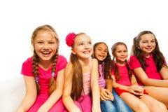 Красивые малые девушки сидят совместно на белой софе Стоковая Фотография