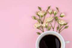 Красивые мини розы и тетрадь на яркой розовой предпосылке праздники Валентайн дня s женщины дня s Взгляд сверху Космос для tex стоковое изображение