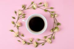 Красивые мини розы и тетрадь на яркой розовой предпосылке праздники Валентайн дня s женщины дня s над взглядом стоковая фотография