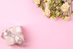Красивые мини розы с розовой подарочной коробкой на яркой розовой предпосылке праздники Валентайн дня s женщины дня s Взгляд свер стоковое изображение