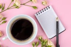 Красивые мини розы с чашкой кофе и тетрадью на яркой розовой предпосылке праздники Валентайн дня s женщины дня s К стоковые изображения rf