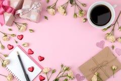 Красивые мини розы с чашкой кофе и тетрадью на яркой розовой предпосылке праздники Валентайн дня s женщины дня s VI стоковое изображение