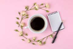 Красивые мини розы с чашкой кофе и тетрадью на яркой розовой предпосылке праздники Валентайн дня s женщины дня s К стоковые фотографии rf