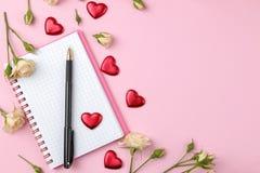 Красивые мини розы с чашкой кофе и тетрадью на яркой розовой предпосылке праздники Валентайн дня s женщины дня s VI стоковое фото rf