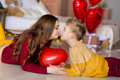 Красивые милая молодая мать мамы брюнет при ее мальчик подростка красивый держа один другого и счастливый совместно Женщина внутр стоковое изображение