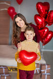 Красивые милая молодая мать мамы брюнет при ее мальчик подростка красивый держа один другого и счастливый совместно Женщина внутр стоковая фотография