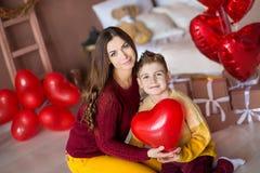 Красивые милая молодая мать мамы брюнет при ее мальчик подростка красивый держа один другого и счастливый совместно Женщина внутр стоковые изображения