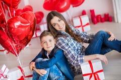 Красивые милая молодая мать мамы брюнет при ее мальчик подростка красивый держа один другого и счастливый совместно Женщина внутр стоковое фото rf