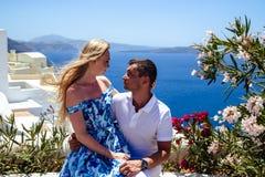 Красивые молодая женщина и человек в их летних каникулах идут на греческий остров Santorini Стоковая Фотография