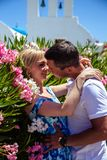 Красивые молодая женщина и человек в их летних каникулах идут на греческий остров Santorini Стоковые Фото