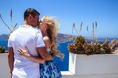 Красивые молодая женщина и человек в их летних каникулах идут на греческий остров Santorini Стоковые Изображения RF