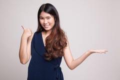 Красивые молодые азиатские рука и большие пальцы руки ладони выставки женщины вверх Стоковые Изображения