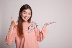 Красивые молодые азиатские рука и большие пальцы руки ладони выставки женщины вверх Стоковые Фото