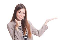 Красивые молодые азиатские рука и большие пальцы руки ладони выставки женщины вверх Стоковое фото RF