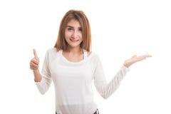 Красивые молодые азиатские рука и большие пальцы руки ладони выставки женщины вверх Стоковые Фотографии RF