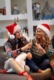 Красивые молодые женщины празднуя рождество Стоковые Фото