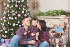 Красивые молодые мать и отец семьи с меньшим ребенком в ch стоковая фотография