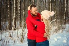 Красивые молодые пары в зиме в древесинах, объятии, счастливом романс стоковые фотографии rf