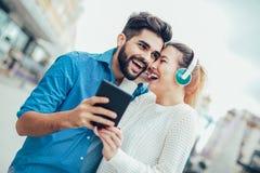 Красивые молодые пары идя вниз с улицы Стоковое Изображение