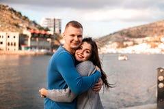 Красивые молодые пары наслаждаясь днем около моря стоковое изображение