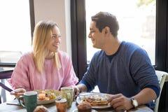 Красивые молодые пары на дате на ресторане Стоковая Фотография