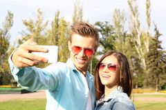 Красивые молодые пары принимая Selfie Стоковое Изображение RF