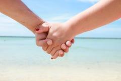 Красивые молодые пары рука об руку стоковые фотографии rf