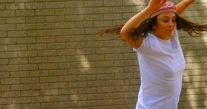 Красивые молодые танцы танцора против кирпичной стены в городе 4k видеоматериал