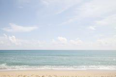 Красивые море пляжа и небо и тропическое море Стоковые Изображения RF