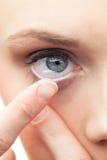 Красивые модельные применяясь контактные линзы Стоковое Фото