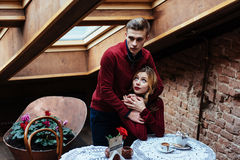 Красивые молодой человек и женщина празднуют день валентинки Стоковая Фотография
