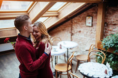 Красивые молодой человек и женщина празднуют день валентинки Стоковые Фото