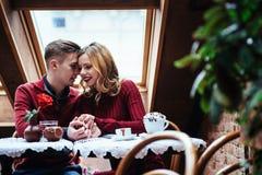 Красивые молодой человек и женщина празднуют день валентинки Стоковое Изображение RF
