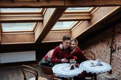 Красивые молодой человек и женщина празднуют день валентинки Стоковое Изображение