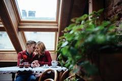 Красивые молодой человек и женщина празднуют день валентинки Стоковое фото RF