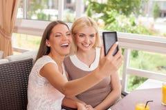 Красивые молодые женские друзья делают selfie Стоковые Изображения