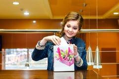 Красивые молодые женщины в кафе вытянули вне подарочную коробку Стоковое Изображение