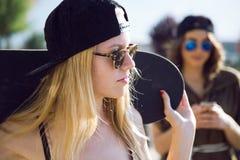 Красивые молодые женщины в улице Стоковые Фото