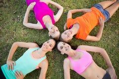 Красивые молодые женщины лежа на траве Стоковая Фотография