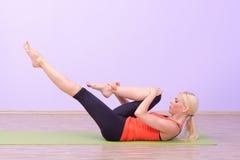 Красивые молодые женщины делая Pilates Стоковые Изображения