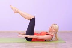 Красивые молодые женщины делая Pilates Стоковое Изображение RF