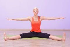 Красивые молодые женщины делая Pilates Стоковое Изображение