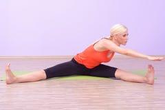 Красивые молодые женщины делая Pilates Стоковые Изображения RF