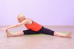 Красивые молодые женщины делая Pilates Стоковая Фотография RF