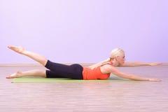 Красивые молодые женщины делая Pilates Стоковая Фотография